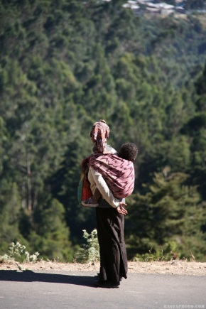 Rastaphoto.com (c) Entoto Road, Ethiopia Woman and Child (3)